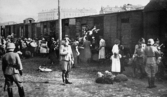 Погрузка евреев в поезда в Треблинку на Умшлагплац Варшавского гетто, 1942 г.