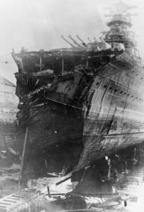 Разбитый легкий крейсер «Максим Горький» в сухом доке во время восстановления носовой части. Кронштадт, июль 1941 г.