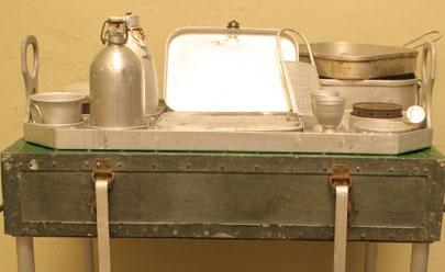 Ящик-стол с посудой в разложенном виде.