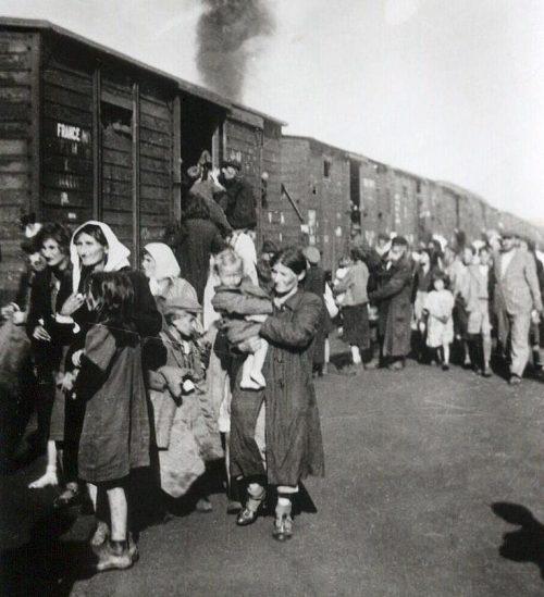 Депортация 10 тысяч польских евреев в Треблинку во время ликвидации гетто в Седльце. 23 августа 1942 г.