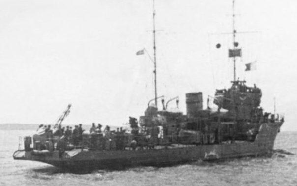 Тральщик Т-412 типа «Фугас» ставит минное заграждение под Одессой. Июль 1941 г.