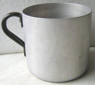 Алюминиевая кружка образца 1939 года со стальной ручкой. Размеры: высота 8,5 см, диаметр 9 см.