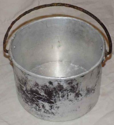 Котелок РККА М24 круглый, емкостью 3 литра, изготовленный их алюминия со стальной проволочной дужкой.