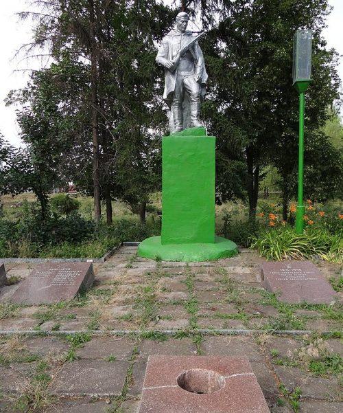 с. Запорожское Апостоловского р-на. Памятник, установленный в 1957 году у группы могил, в которых похоронено 64 советских воина, погибших при освобождении села 8-17 февраля 1944 года.