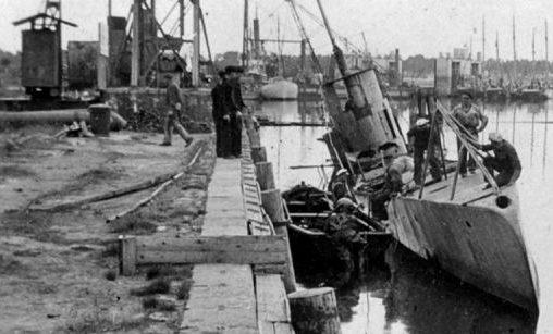 Затопленная советская подводная лодка С-1 у причала Либавы. Июль 1941 г.