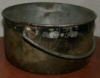 Укороченный котелок из стали луженой внутри оловом.
