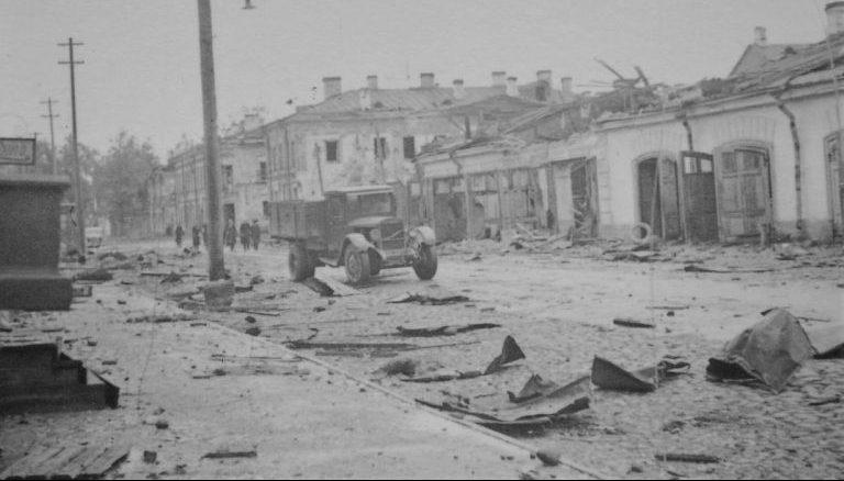 Грузовик ЗиС-5 на улице оккупированного Красногвардейска. Сентябрь 1941 г.