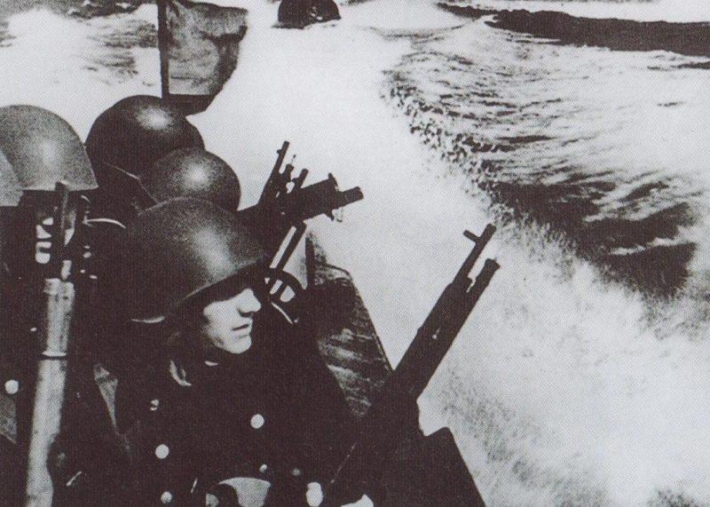 Морские пехотинцы перед высадкой на маяк Бенгтскяри. Июль 1941 г.