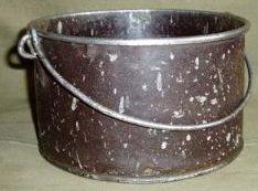 Укороченный котелок из стали луженой внутри оловом и эмалированный снаружи.
