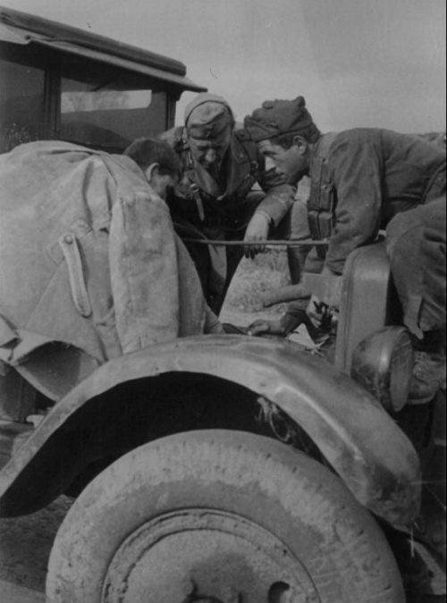 Пленный красноармеец и итальянские солдаты за ремонтом советского грузовика ЗиС-5. Сентябрь 1941 г.