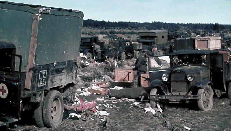 Советские санитарные автомобили ГАЗ-АА и автотехника, брошенные в Порламми. Сентябрь 1941 г.
