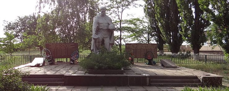 с. Красный Ток Апостоловского р-на. Памятник погибшим советским воинам.