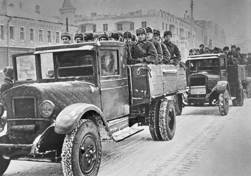 Красноармейцы на грузовиках ЗиС-5 из Москвы отправляются на фронт. Ноябрь 1941 г.