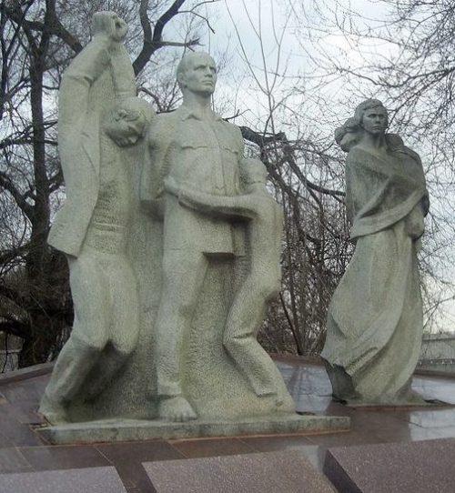 Скульптурная группа на мемориале.
