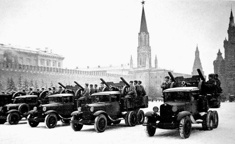 Машины ГАЗ-ААА с 76-мм пушками на военном параде в Москве. 7 ноября 1941 г.