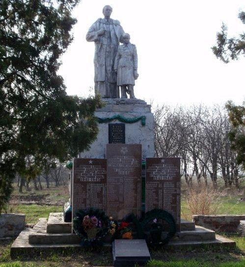 с. Новоивановка Апостоловского р-на. Памятник, установленный на братской могиле советских воинов, погибших в боях за село и памятный знак погибшим односельчанам.