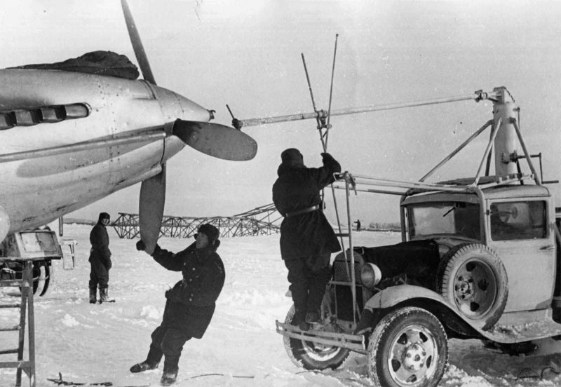 Запуск двигателя штурмовика Ил-2 Балтийского флота при помощи авиастартера. Декабрь 1941 г.