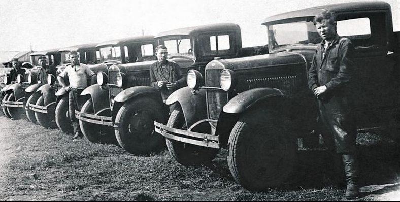 Шоферы и автомашины ГАЗ АА Еманжелинской МТС перед отправкой на фронт. 1941 г.