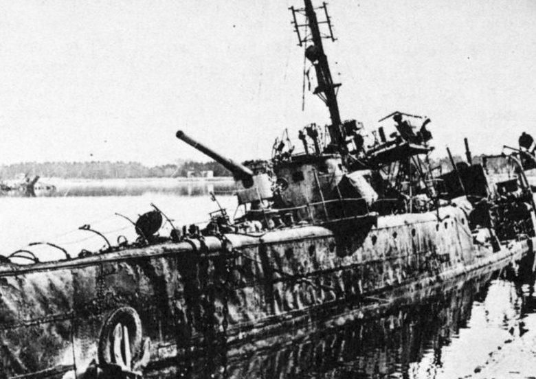 Эсминец Балтийского флота «Ленин», взорванный в Либаве. Август 1941 г.