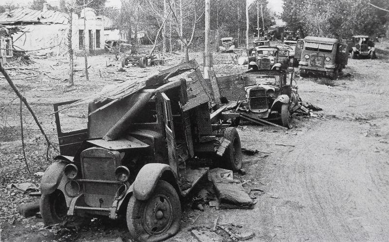 Разбитая автоколонна Красной Армии. 1941 г.