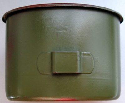 Армейские алюминиевые кружки со складывающимися проволочными ручками.