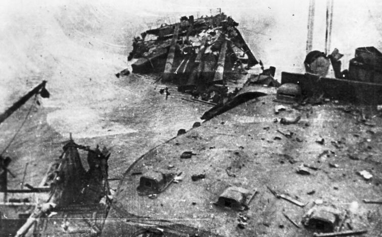 Поврежденный линейный корабль Балтийского флота «Марат». Сентябрь 1941 г.