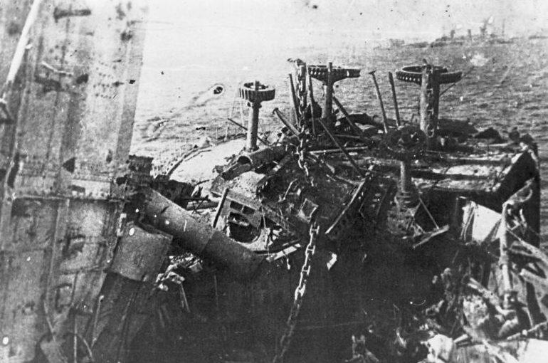 Разбитая носовая часть линкора «Октябрьская революция». Сентябрь 1941 г.