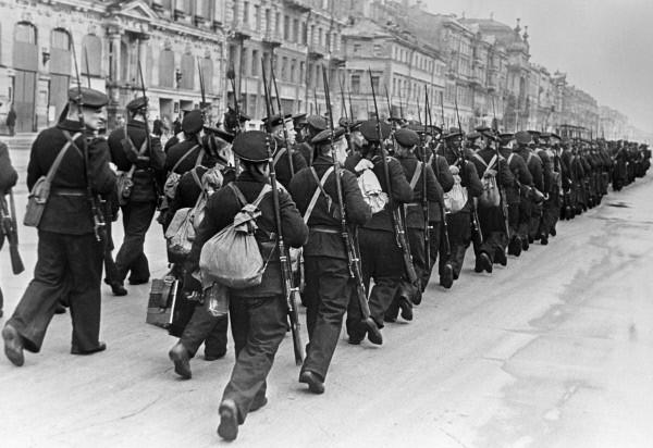 Моряки идут на фронт по улицам Ленинграда. Невский проспект, октябрь 1941 г.