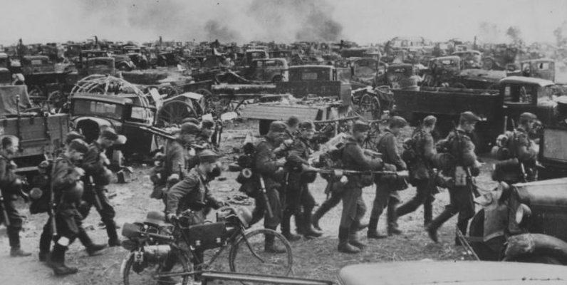 Брошенные под Киевом советские грузовики. 1941 г.