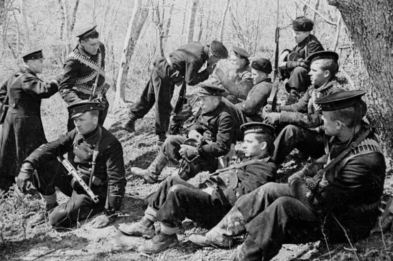 Морские пехотинцы на привале. Крым, осень 1941 г.