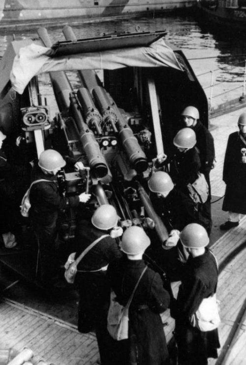 Расчет 100-мм зенитной установки легкого крейсера Черноморского флота «Красный Крым» во время тренировки. 1941 г.