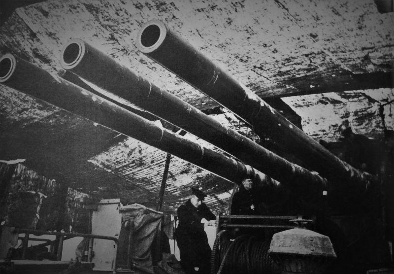 Башня МК-3-180 главного калибра советского легкого крейсера «Киров» под маскировочной сетью. 1941 г.