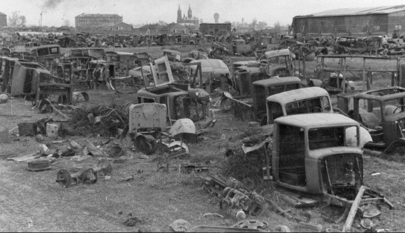 Автомобильная свалка в оккупированном Смоленске. Сентябрь 1942 г.