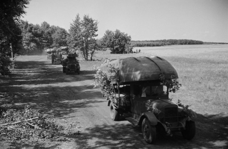 Автомобильная колонна тяжелого понтонного парка Н2П на марше под Воронежем. Сентябрь 1942 г.