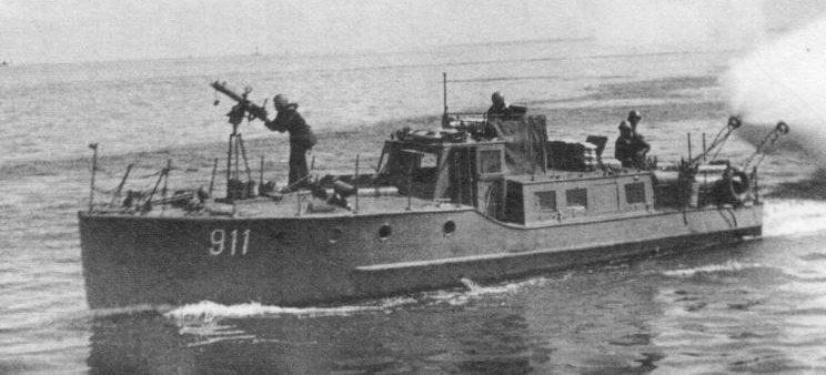 Сторожевой катер-дымзавесчик Балтийского флота СКА-911 ставит дымовую завесу. 1941 г.