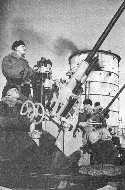 Расчеты автоматических 37-мм зенитных пушек линейного корабля «Марат». 1941 г.