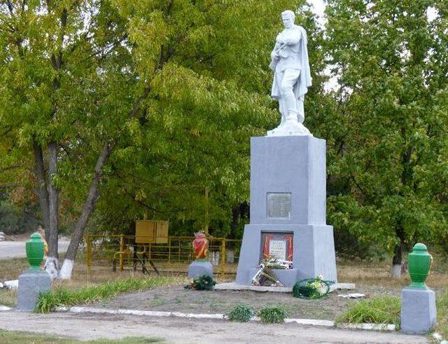 с. Великоалександровка Васильковского р-на. Памятник, установленный на братской могиле советских воинов, погибших при освобождении села.