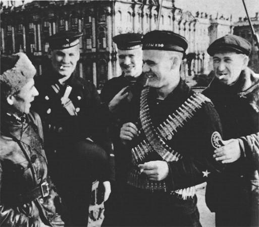 Морские пехотинцы на фоне Эрмитажа. 1941 г.