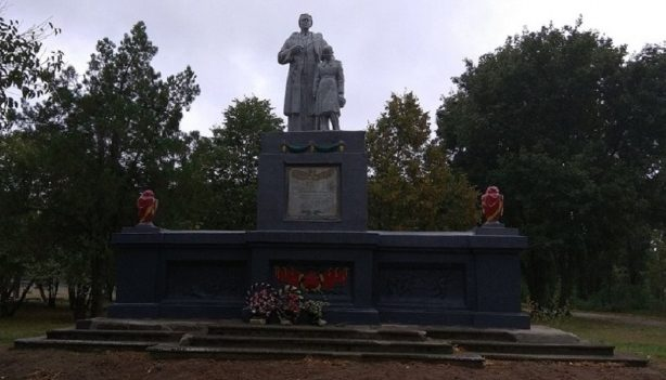 с. Великоалександровка Васильковского р-на. Памятник, установленный в 1966 году воинам-землякам, погибшим в годы войны.
