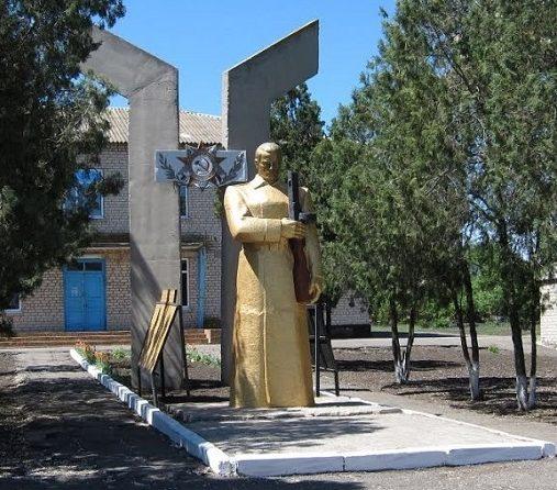 с. Дубовики Васильковского р-на. Памятник, установленный на братской могиле, в которой похоронено 180 советских воинов.