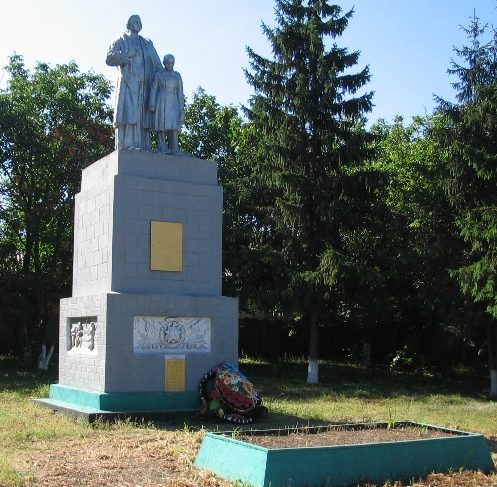 с. Катериновка Васильковского р-на. Памятник, установленный на братской могиле, в которой похоронено 64 советских воина, в т.ч. 6 неизвестных.