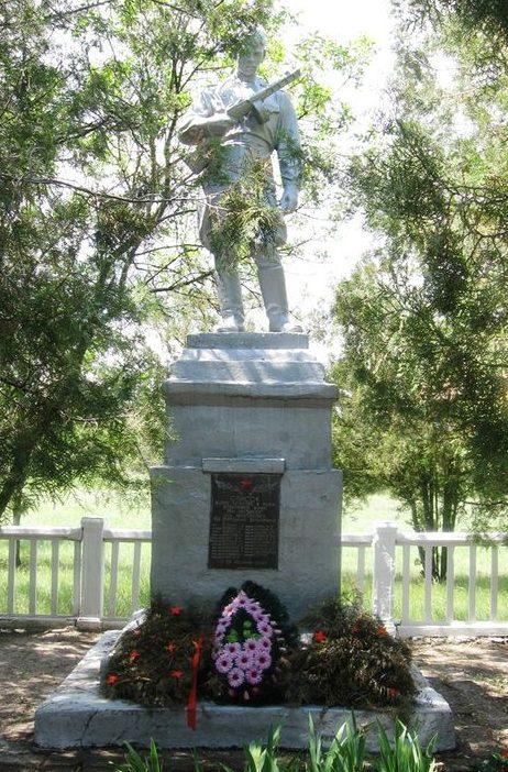 с. Николаевка Васильковского р-на. Памятник, установленный на братской могиле советских воинов.