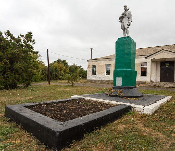с. Новогригорьевка Васильковского р-на. Памятник, установленный на братской могиле, в которой похоронено 16 советских воинов.
