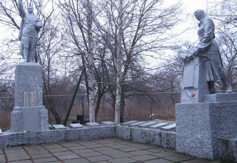 п. Письменное Васильковского р-на. Памятник, установленный на братской могиле, в которой похоронено 63 советских воина и мемориальные плиты с именами погибших земляков.