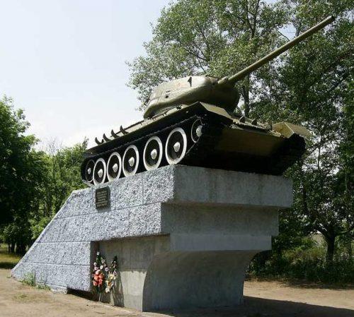 г. Верхнеднепровск. Памятник, установленный в 1978 году воинам-танкистам 173-й, 219-й, 201-й, 32-й и 27-й танковых бригад, освобождавших город.