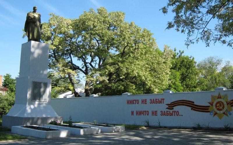 г. Верхнеднепровск. Памятник у СШ №1, установленный в 1956 году на братской могиле, в которой похоронено 130 советских воинов, погибших при освобождении города в сентябре-октябре 1943 года.