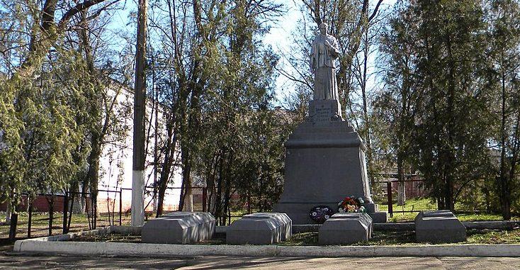 г. Верхнеднепровск. Памятник у СШ №1, установленный в 1956 году на братской могиле, в которой похоронено 233 советских воинов, погибших при освобождении города в сентябре-октябре 1943 года.