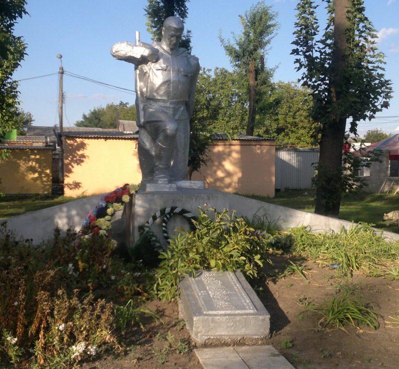 г. Верховцево, ст. Верховцево Верхнеднепровского р-на. Памятник, установленный в 1957 году на братской могиле, в которой похоронено 32 советских воинов, погибших при освобождении города в октябре 1943 г.