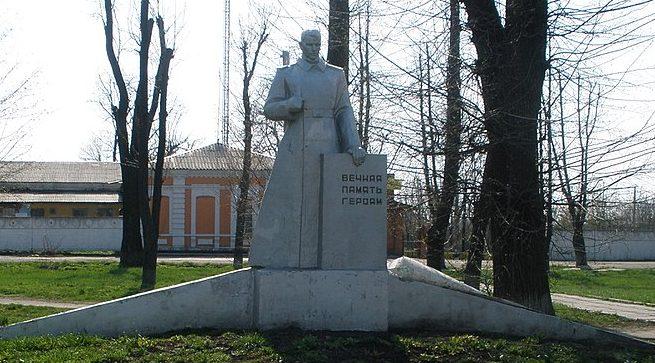 г. Верховцево Верхнеднепровского р-на. Памятник, установленный в 1968 году на братской могиле, в которой похоронено 3 советских воинов, погибших при освобождении города в октябре 1943 г.