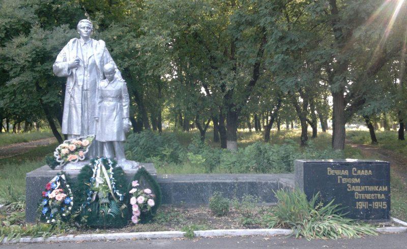 г. Верховцево Верхнеднепровского р-на. Памятник, установленный в 1956 году на братской могиле, в которой похоронено 69 советских воинов, погибших при освобождении города в октябре 1943 г.